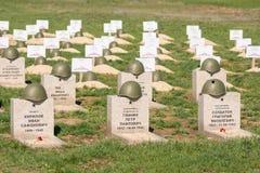 Βόλγκογκραντ Ρωσία - 16 Απριλίου 2017 Οι τάφοι των στρατιωτών στο σοβιετικό πολεμικό αναμνηστικό νεκροταφείο εκείνοι σκότωσαν στη Στοκ εικόνα με δικαίωμα ελεύθερης χρήσης