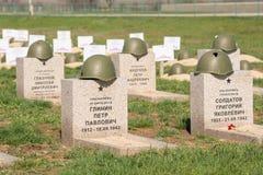 Βόλγκογκραντ Ρωσία - 16 Απριλίου 2017 Οι τάφοι των στρατιωτών στο σοβιετικό πολεμικό αναμνηστικό νεκροταφείο εκείνοι σκότωσαν στη Στοκ Φωτογραφία
