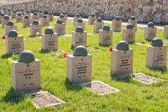 Βόλγκογκραντ Ρωσία - 16 Απριλίου 2017 Οι τάφοι των στρατιωτών στο σοβιετικό πολεμικό αναμνηστικό νεκροταφείο εκείνοι σκότωσαν στη Στοκ Εικόνα
