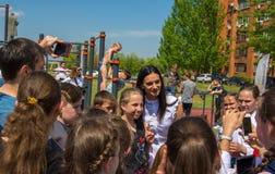 Βόλγκογκραντ Ρωσία - 7 Μαΐου 2019 Ο ολυμπιακός πρωτοπόρος Elena Isinbayeva φωτογραφίζεται με τα παιδιά στο άνοιγμα του αθλητισμού στοκ εικόνα με δικαίωμα ελεύθερης χρήσης