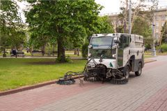 Βόλγκογκραντ Ρωσία στις 11 Μαΐου 2017 Η μηχανή καθαρίζει την οδό των συντριμμιών Στοκ Εικόνες