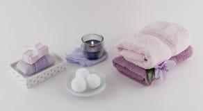 Βόμβες λουτρών, σαπούνι λουτρών πολυτέλειας, και πετσέτες με το κερί Aromatherapy Στοκ Εικόνα