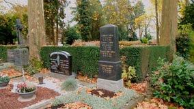 Βόννη, Γερμανία, 29 του Οκτωβρίου του 2017: Πέτρινες ταφόπετρες στο παλαιό νεκροταφείο της Βόννης στον καλό καιρό φθινοπώρου φιλμ μικρού μήκους