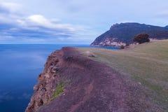 Βόρεια ακτή νησιών της Μαρίας, άποψη από τους απολιθωμένους απότομους βράχους Στοκ Εικόνες