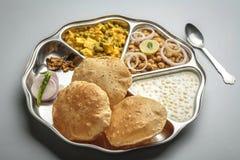 Βόρεια ινδικά τρόφιμα που εξυπηρετούνται σε ένα πιάτο ή ένα thali στοκ εικόνες