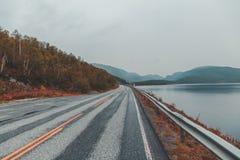 Βόρεια Νορβηγία, άποψη παραλιών από το δρόμο μια ημέρα φθινοπώρου Στοκ εικόνες με δικαίωμα ελεύθερης χρήσης