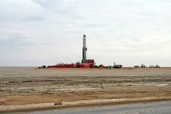 βόρεια πλατφόρμα άντλησης πετρελαίου πεδίων buzachi τρυπώντας με τρυπάνι στοκ φωτογραφία