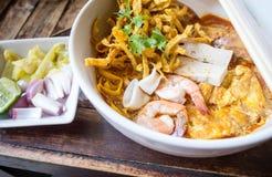 Βόρεια ταϊλανδική σούπα κάρρυ νουντλς (Khao Soi) Στοκ φωτογραφία με δικαίωμα ελεύθερης χρήσης