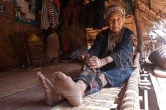 Βόρεια της Ταϊλάνδης κατά τη διάρκεια του καυτού καλοκαιριού Μια ηλικιωμένη γυναίκα από την εθνική ομάδα Akha, υπόλοιπα στη σκιά  Στοκ φωτογραφία με δικαίωμα ελεύθερης χρήσης