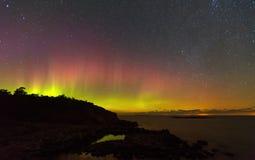 Βόρεια φω'τα πέρα από τη θάλασσα, ο έναστρος ουρανός Στοκ Φωτογραφία