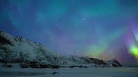 Βόρεια φω'τα, πολική φως ή αυγή Borealis στο νυχτερινό ουρανό πέρα από τα νησιά Lofoten απόθεμα βίντεο