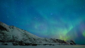 Βόρεια φω'τα, πολική φως ή αυγή Borealis στο νυχτερινό ουρανό πέρα από τα νησιά Lofoten φιλμ μικρού μήκους