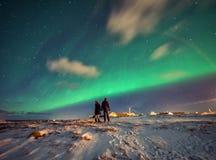 Βόρεια φω'τα στα βουνά Reine, Νορβηγία τα νησιά στοκ εικόνα
