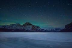 Βόρεια φω'τα - borealis αυγής και σύνολο ουρανού των αστεριών επάνω από τα βουνά και το minewanka λιμνών, εθνικό πάρκο Banff, Καν Στοκ φωτογραφία με δικαίωμα ελεύθερης χρήσης