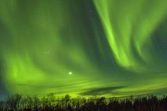 Βόρεια φω'τα (borealis αυγής) πέρα από το snowscape Στοκ Φωτογραφίες