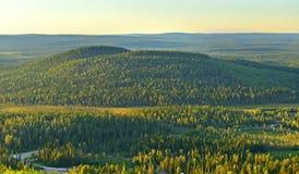 Βόρειοι λόφοι το βράδυ στο ηλιοβασίλεμα Φινλανδία, Lapland στοκ εικόνες