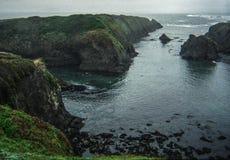Βόρειοι παράκτιοι απότομοι βράχοι Καλιφόρνιας με την ευμετάβλητη ατμόσφαιρα Στοκ φωτογραφία με δικαίωμα ελεύθερης χρήσης