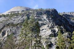 Βόρειος θόλος και χαμηλότερες κλίσεις που αντιμετωπίζονται από τη λίμνη καθρεφτών, εθνικό πάρκο Yosemite, Καλιφόρνια Στοκ φωτογραφία με δικαίωμα ελεύθερης χρήσης