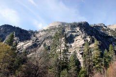 Βόρειος θόλος και χαμηλότερες κλίσεις που αντιμετωπίζονται από τη λίμνη καθρεφτών, εθνικό πάρκο Yosemite, Καλιφόρνια Στοκ Εικόνα