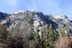 Βόρειος θόλος και χαμηλότερες κλίσεις που αντιμετωπίζονται από τη λίμνη καθρεφτών, εθνικό πάρκο Yosemite, Καλιφόρνια Στοκ Φωτογραφίες