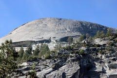 Βόρειος θόλος και χαμηλότερες κλίσεις που αντιμετωπίζονται από τη λίμνη καθρεφτών, εθνικό πάρκο Yosemite, Καλιφόρνια Στοκ εικόνα με δικαίωμα ελεύθερης χρήσης
