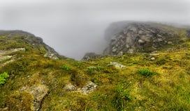 Βόρειο ακρωτήριο Nordkapp, βόρεια Νορβηγία τη βαριά ομιχλώδη ημέρα Στοκ Φωτογραφίες