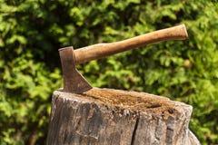 βόρειο κολόβωμα του Μαυροβουνίου τσεκουριών Τσεκούρι έτοιμο για την τέμνουσα ξυλεία Εργαλείο ξυλουργικής Τσεκούρι υλοτόμων στην ξ Στοκ φωτογραφίες με δικαίωμα ελεύθερης χρήσης