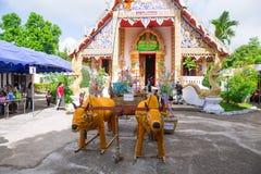 Βόρειο ταϊλανδικό τελετουργικό φεστιβάλ της Tan Kuay Salak ότι οι άνθρωποι θα δώσουν τα τρόφιμα και τα πολύτιμα πράγματα στο ναό  Στοκ Εικόνες