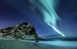 Βόρειο φως επάνω από τον ωκεανό και τα βουνά Στοκ Εικόνα