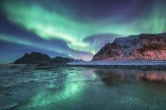 Βόρειο φως επάνω από τον ωκεανό και τα βουνά Στοκ Φωτογραφία