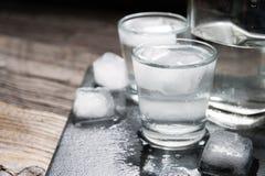 Βότκα με τον πάγο στα πυροβοληθε'ντα γυαλιά Στοκ Φωτογραφίες