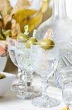 Βότκα στο γυαλί με την ελιά Φραγμός ποτών, κόμμα Στοκ Εικόνες