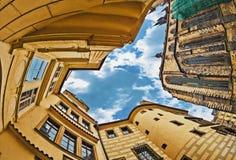 Βλέμμα φακών Fisheye της παλαιάς πόλης στο υπόβαθρο ουρανού Πράγα Στοκ Εικόνες