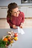 Βλέποντας άνωθεν, γυναίκα που χαμογελά με τα φρούτα και λαχανικά πτώσης Στοκ Εικόνες
