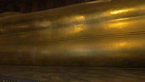 Βλέποντας ένα μεγάλο χρυσό άγαλμα του ξαπλώνοντας Βούδα απόθεμα βίντεο