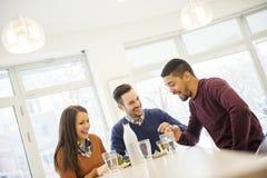 Βλασταημένος των φίλων που έχουν έναν μεγάλο χρόνο στον καφέ Στοκ εικόνα με δικαίωμα ελεύθερης χρήσης
