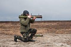 Βλαστοί στρατού της Ουκρανίας δυνάμεων ειδικών αποστολών ανώτερων υπαλλήλων από έναν εκτοξευτή χειροβομβίδων Στοκ Φωτογραφίες