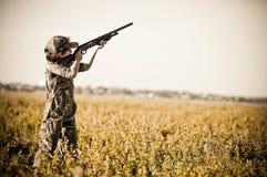 Βλαστός αγοριών κυνηγιού περιστεριών κάτω από τα περιστέρια στοκ εικόνες με δικαίωμα ελεύθερης χρήσης