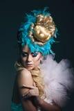 Βλαστός στούντιο της γυναίκας με το δημιουργικά hairstyle, makeup και το φόρεμα στοκ εικόνες με δικαίωμα ελεύθερης χρήσης