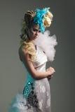 Βλαστός στούντιο της γυναίκας με το δημιουργικά hairstyle, makeup και το φόρεμα στοκ εικόνες