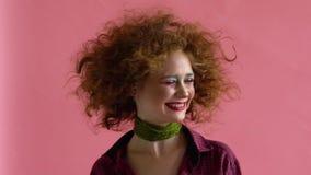 Βλαστός στούντιο της ενεργού θηλυκής κίνησης χορευτών τζαζ φόβου Αθλητισμός και έννοια ελεύθερου χρόνου Χορός Zumba φιλμ μικρού μήκους