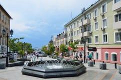 Βλαδιβοστόκ, Ρωσία, 01 Ιουνίου, 2016 Άνθρωποι που περπατούν στην οδό Fokina στο Βλαδιβοστόκ το καλοκαίρι Στοκ εικόνες με δικαίωμα ελεύθερης χρήσης