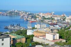 Βλαδιβοστόκ, Ρωσία, 01 Ιουνίου, 2016 Άποψη για την πόλη του Βλαδιβοστόκ το καλοκαίρι στην ηλιόλουστη ημέρα Στοκ φωτογραφία με δικαίωμα ελεύθερης χρήσης