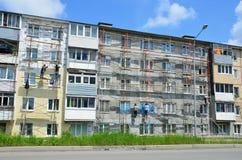 Βλαδιβοστόκ, Ρωσία, 01 Ιουνίου, 2016 Εργασία επισκευής και αποκατάστασης ενός χαρακτηριστικού κτηρίου πέντε ορόφων Στοκ εικόνες με δικαίωμα ελεύθερης χρήσης