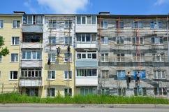 Βλαδιβοστόκ, Ρωσία, 01 Ιουνίου, 2016 Εργασία επισκευής και αποκατάστασης ενός χαρακτηριστικού κτηρίου πέντε ορόφων Στοκ Φωτογραφίες