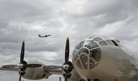 Β-29 βομβαρδιστικό αεροπλάνο με το σύγχρονο επιβατικό αεροπλάνο υπερυψωμένο Στοκ εικόνα με δικαίωμα ελεύθερης χρήσης