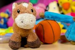 Γάιδαρος Teddy μπροστά από άλλους παιχνίδια μωρών Στοκ Εικόνες