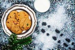 Γάλα και μπισκότα που προετοιμάζονται για Άγιο Βασίλη Στοκ Εικόνες
