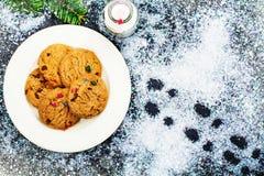 Γάλα και μπισκότα που προετοιμάζονται για Άγιο Βασίλη Στοκ φωτογραφία με δικαίωμα ελεύθερης χρήσης