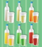 Γάλα και χυμοί των διαφορετικών kindes σε έξι μπουκάλια και γυαλιά απεικόνιση αποθεμάτων